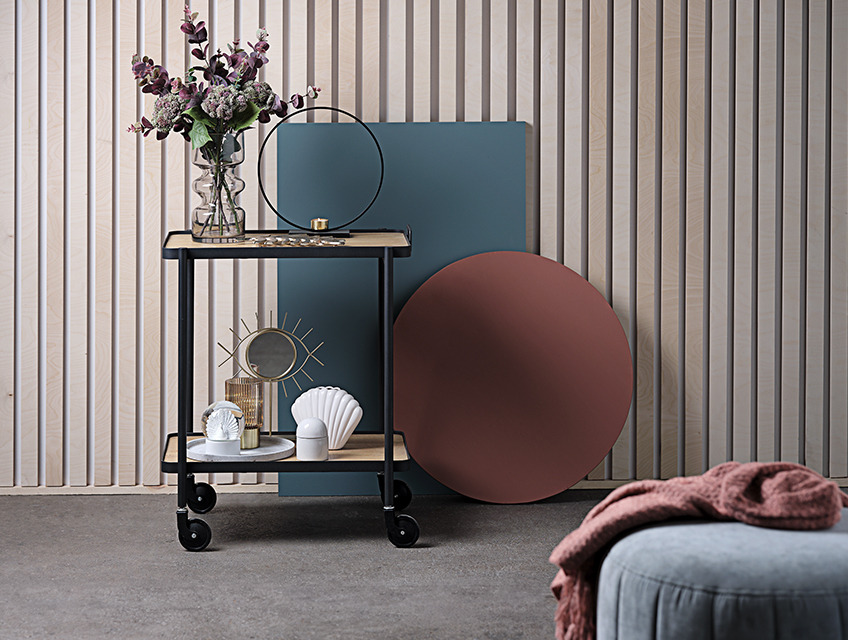 Trolley table with vase, mirror and tealight holder