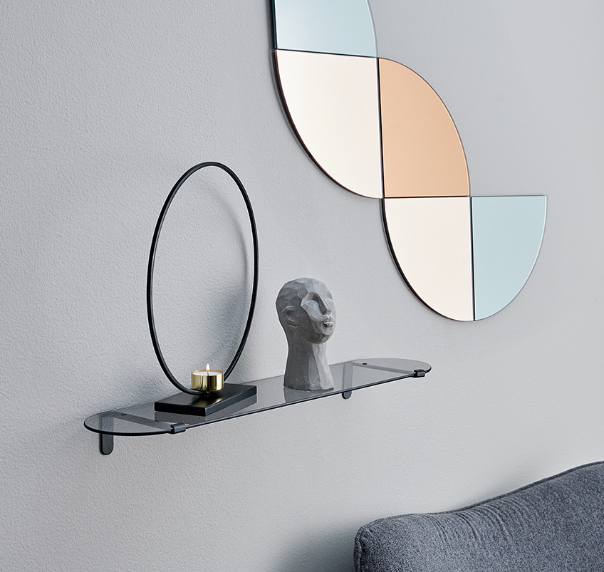 Wall shelf in glass and 5 piece decorative mirror in geometric shape